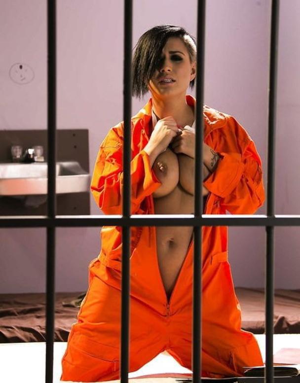女性刑務所では「マンコの中」までチェックされるって噂、本当やったwwwww(エロ画像)・17枚目