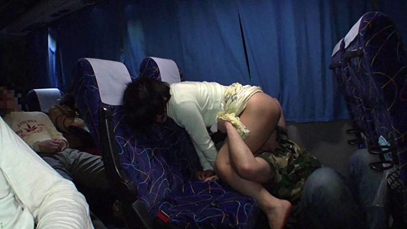 【エロ画像】夜行バスで1人の女子が眠ってしまった末路…ガラガラやったらイケるwwwww・19枚目