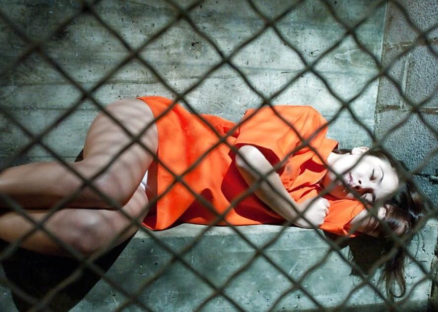 女性刑務所では「マンコの中」までチェックされるって噂、本当やったwwwww(エロ画像)・2枚目