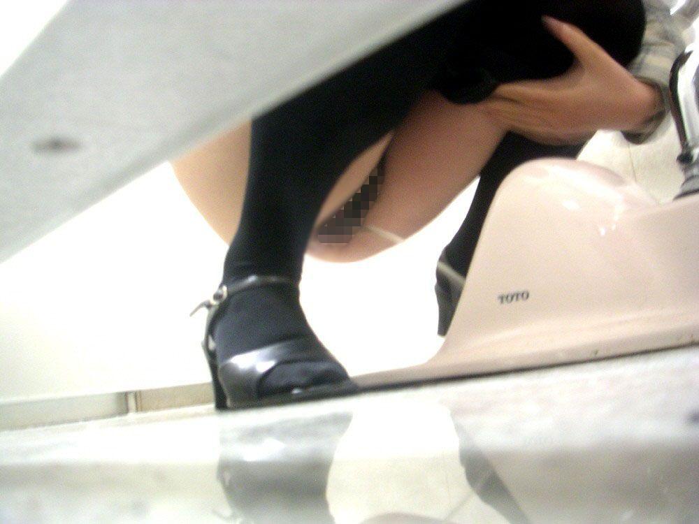 【トイレ盗撮】隠し撮りするなら「和式」やなっ!ってなるエロ画像まとめ。(26枚)・3枚目