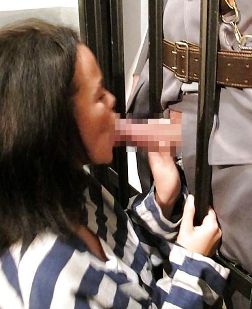 女性刑務所では「マンコの中」までチェックされるって噂、本当やったwwwww(エロ画像)・7枚目
