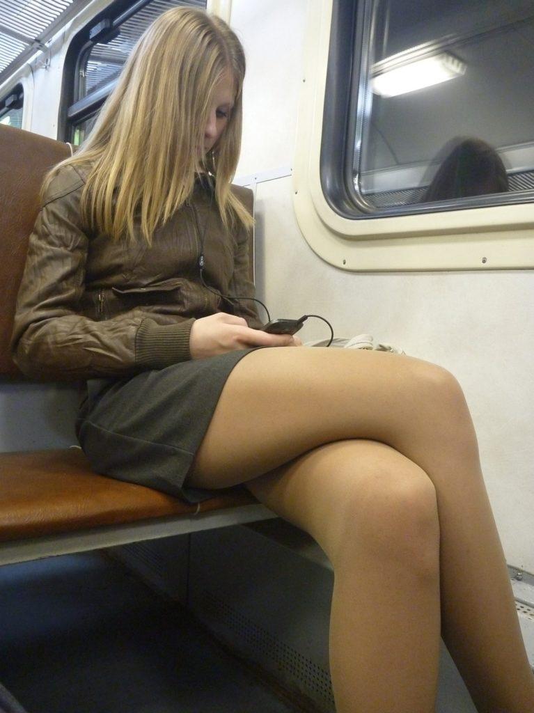 【盗撮】電車で「足組み」してる女の子を専門的に狙う奴の画像フォルダwwwww・1枚目