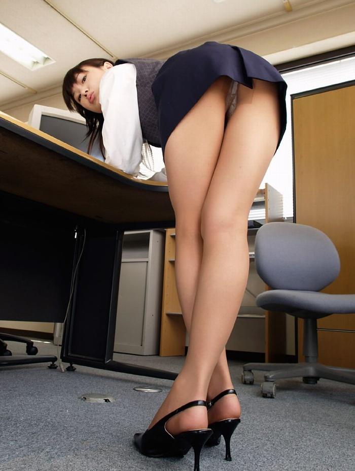 タイトスカートから見える「美脚」が一番好きやぁって奴の為のエロ画像wwwww・1枚目