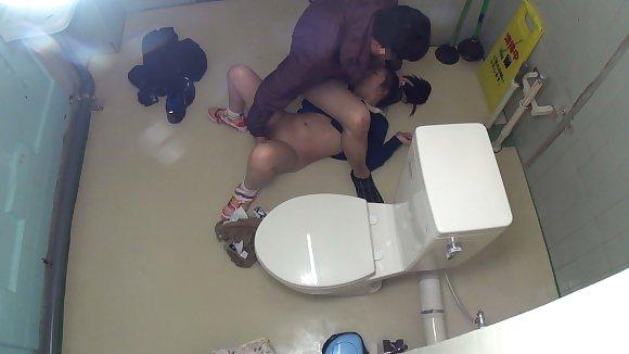トイレの盗撮カメラに偶然映ってしまったレイプされる女さん・・・・(エロ画像)・9枚目