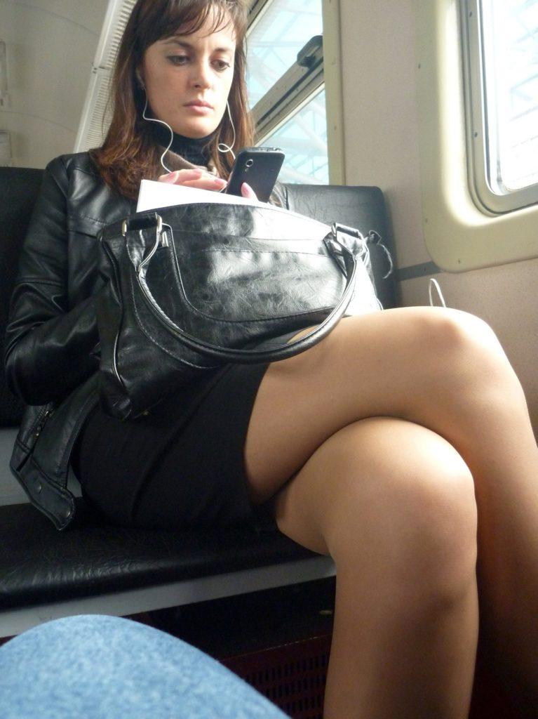 【盗撮】電車で「足組み」してる女の子を専門的に狙う奴の画像フォルダwwwww・12枚目