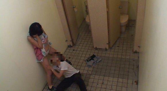 トイレの盗撮カメラに偶然映ってしまったレイプされる女さん・・・・(エロ画像)・11枚目