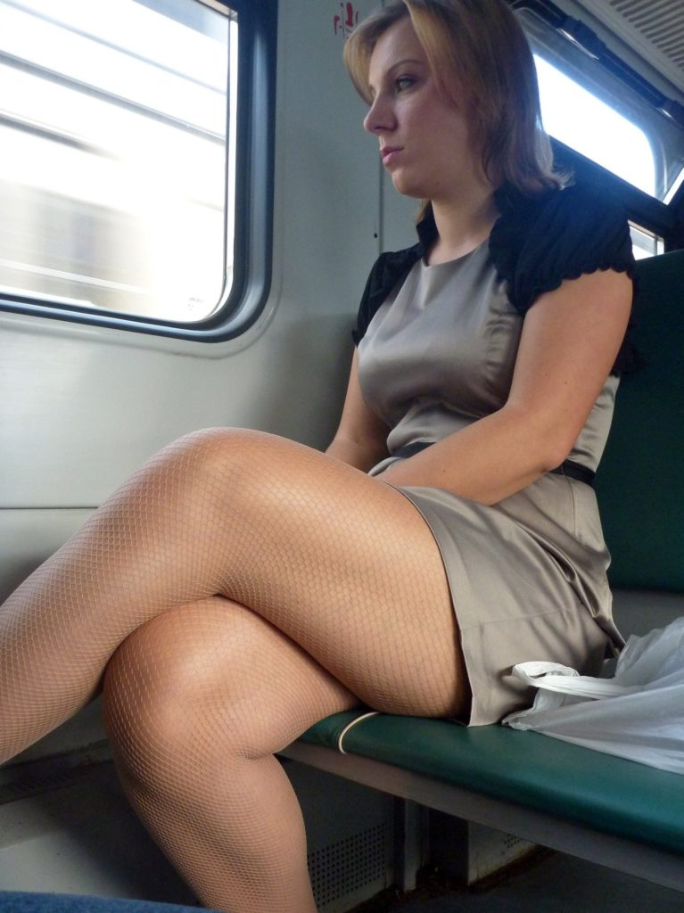 【盗撮】電車で「足組み」してる女の子を専門的に狙う奴の画像フォルダwwwww・13枚目