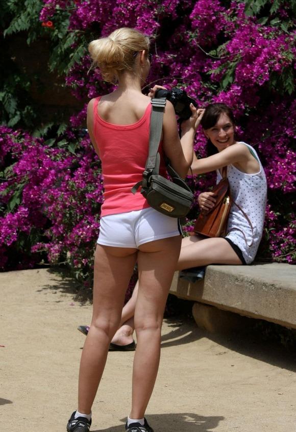 半ケツ見えちゃってる街中の女の子たちを撮影した画像まとめ。(30枚)・15枚目