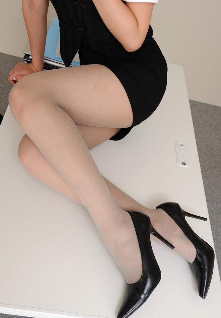 タイトスカートから見える「美脚」が一番好きやぁって奴の為のエロ画像wwwww・17枚目