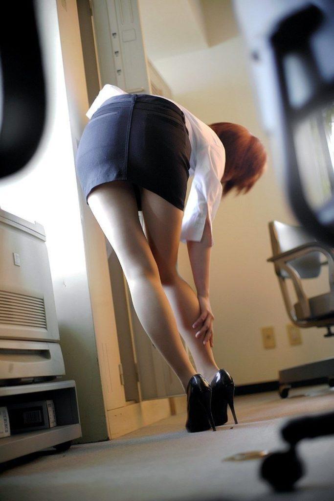 タイトスカートから見える「美脚」が一番好きやぁって奴の為のエロ画像wwwww・19枚目