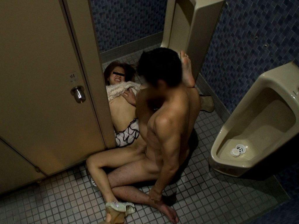 トイレの盗撮カメラに偶然映ってしまったレイプされる女さん・・・・(エロ画像)・18枚目