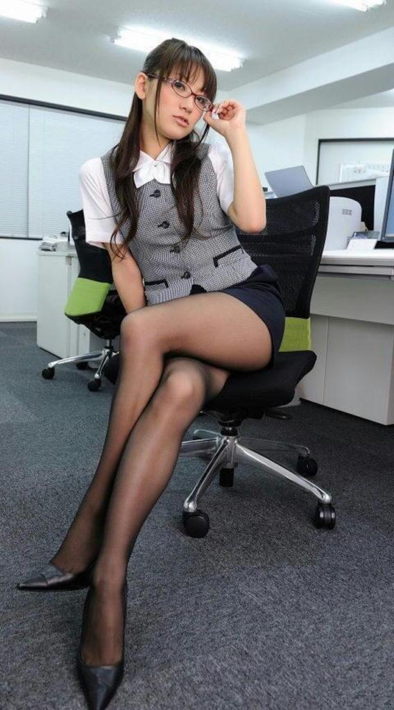 タイトスカートから見える「美脚」が一番好きやぁって奴の為のエロ画像wwwww・27枚目