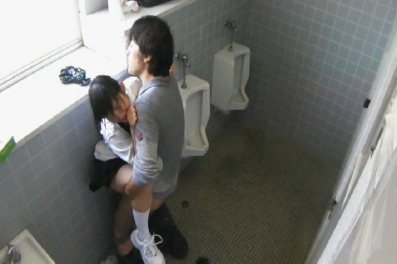 トイレの盗撮カメラに偶然映ってしまったレイプされる女さん・・・・(エロ画像)・29枚目