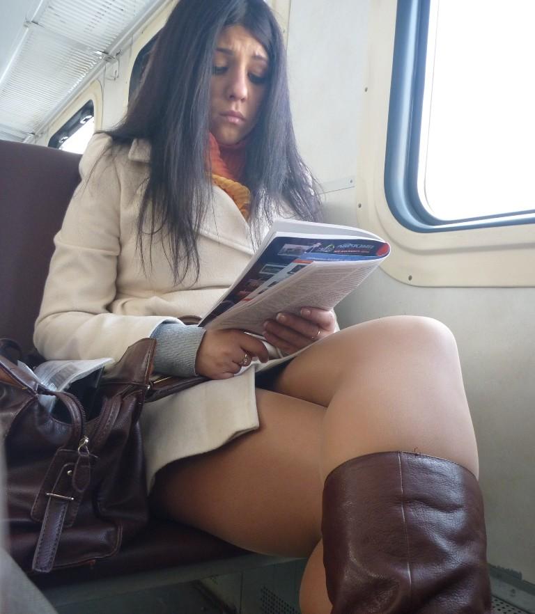 【盗撮】電車で「足組み」してる女の子を専門的に狙う奴の画像フォルダwwwww・4枚目