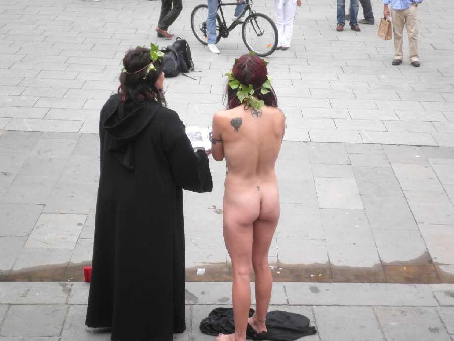 ハロウィンで激しいコスで現れる女。これただの露出狂だよね?wwwww(エロ画像)・11枚目