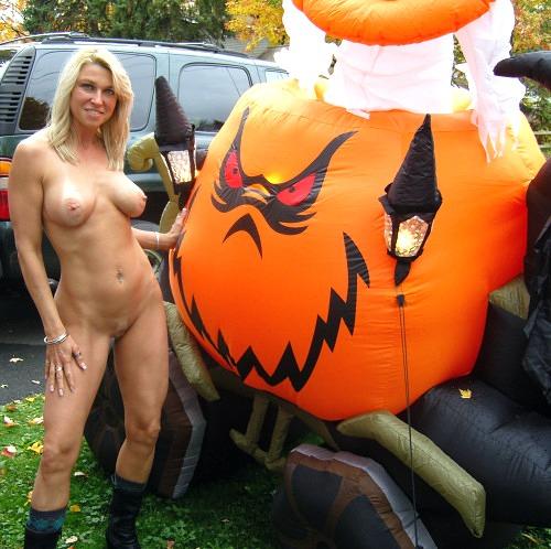 ハロウィンで激しいコスで現れる女。これただの露出狂だよね?wwwww(エロ画像)・14枚目