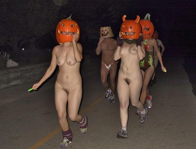ハロウィンで激しいコスで現れる女。これただの露出狂だよね?wwwww(エロ画像)・18枚目