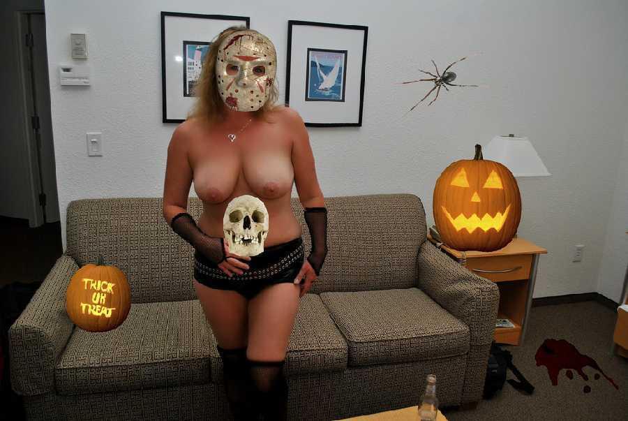 ハロウィンで激しいコスで現れる女。これただの露出狂だよね?wwwww(エロ画像)・3枚目