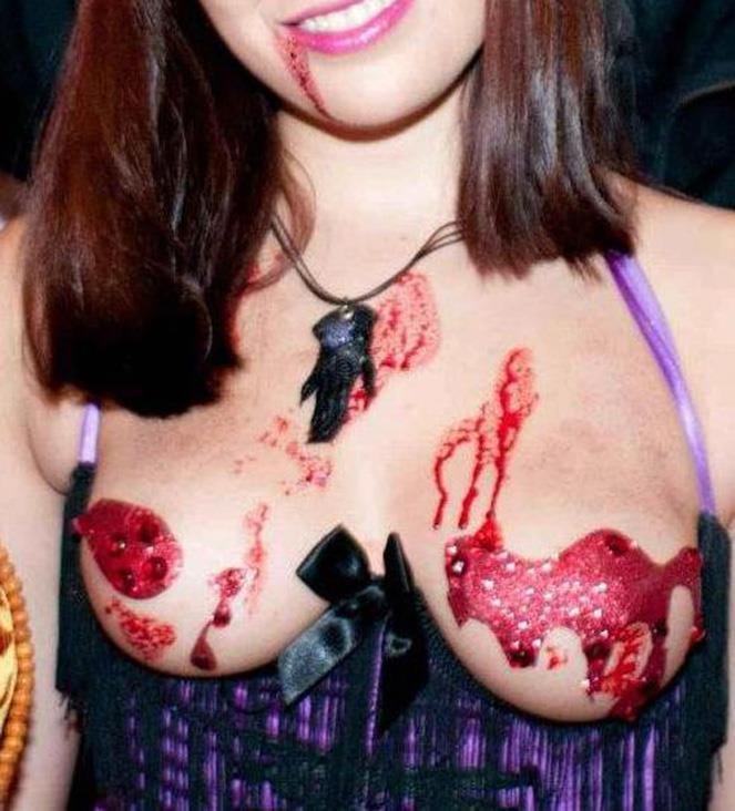 ハロウィンで激しいコスで現れる女。これただの露出狂だよね?wwwww(エロ画像)・6枚目
