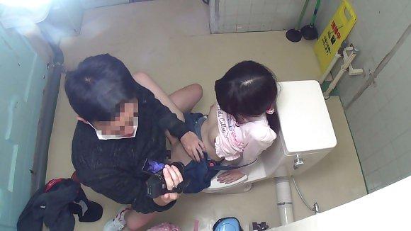 トイレの盗撮カメラに偶然映ってしまったレイプされる女さん・・・・(エロ画像)・4枚目
