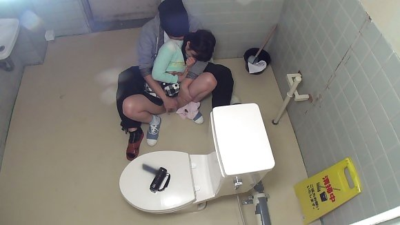 トイレの盗撮カメラに偶然映ってしまったレイプされる女さん・・・・(エロ画像)・7枚目