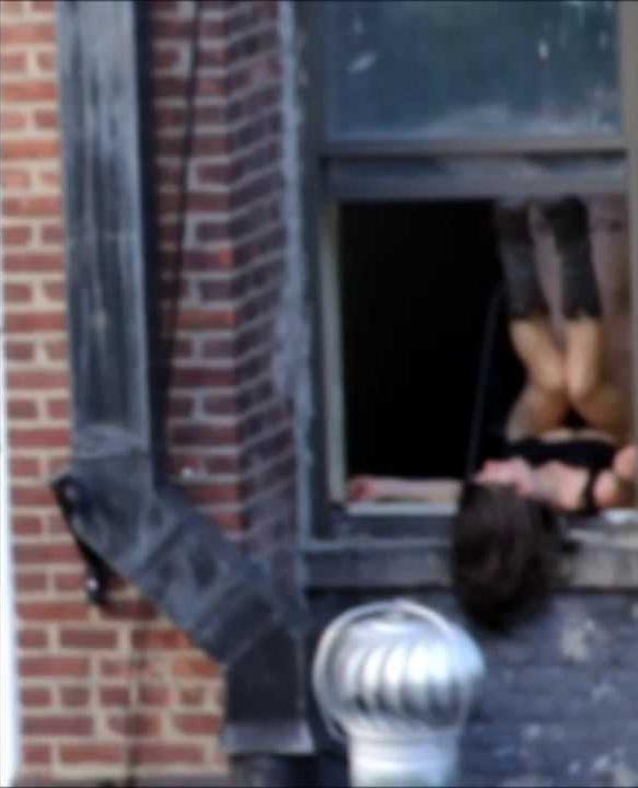 【盗撮】お向かいの家の窓際でセックスしてるカップル撮影したったwwwww・1枚目