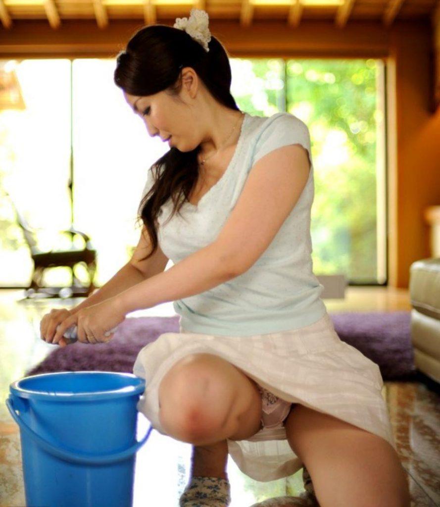 【人妻】家事をこなす女さんのパンチラをひたすら眺めるwwwwwww・9枚目