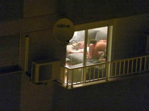 【盗撮】お向かいの家の窓際でセックスしてるカップル撮影したったwwwww・10枚目