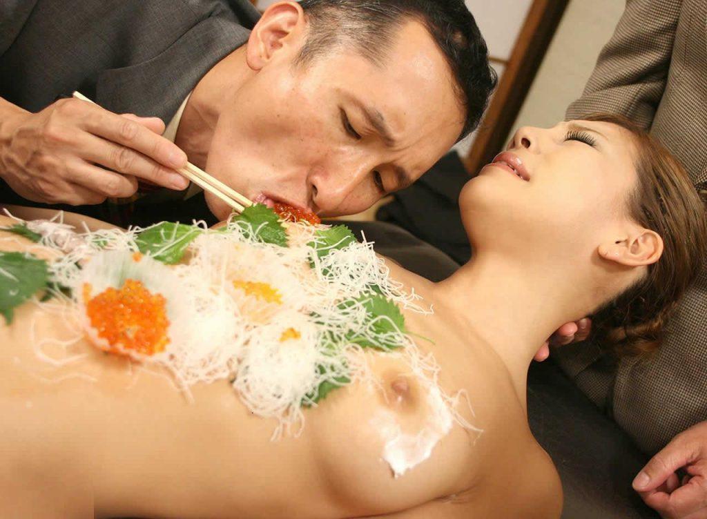 【エロ画像】祝い事はコレに限る。と「女体盛り」を用意した猛者wwwwww・13枚目