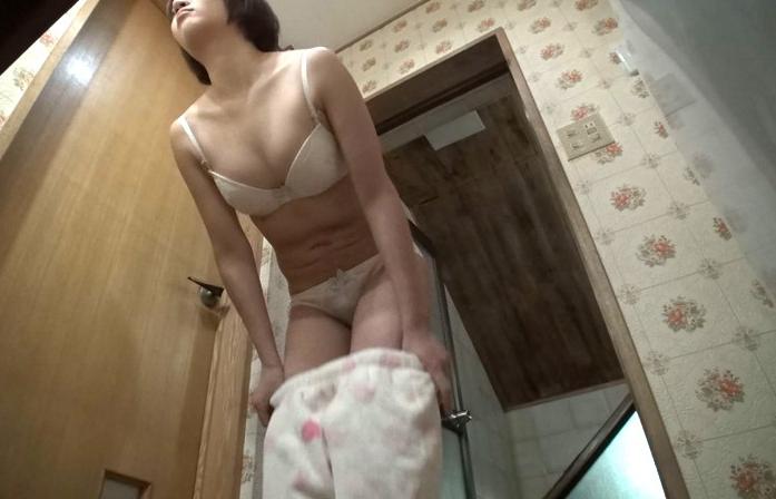 【盗撮】家の脱衣所にガチカメラを仕掛けた結果。。これはヤバいやつやぁ・16枚目