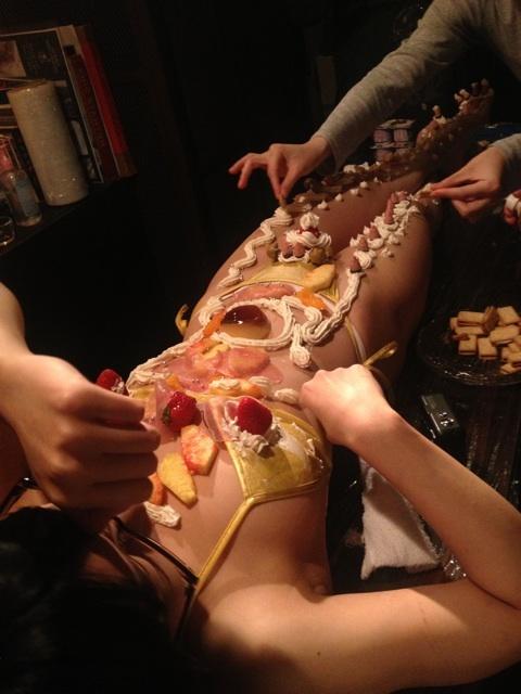 【エロ画像】祝い事はコレに限る。と「女体盛り」を用意した猛者wwwwww・18枚目