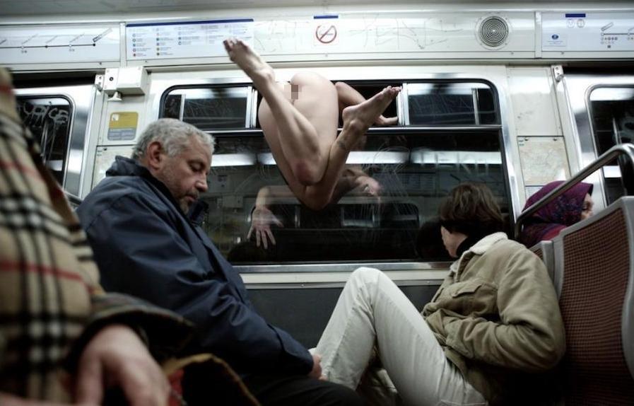 【恐怖】乗客ゼロの田舎の始発電車にマジキチ露出狂まんさん現れる・・・・19枚目