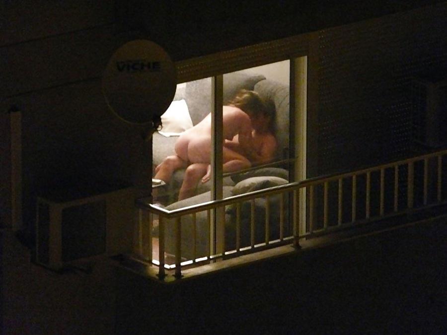 【盗撮】お向かいの家の窓際でセックスしてるカップル撮影したったwwwww・21枚目