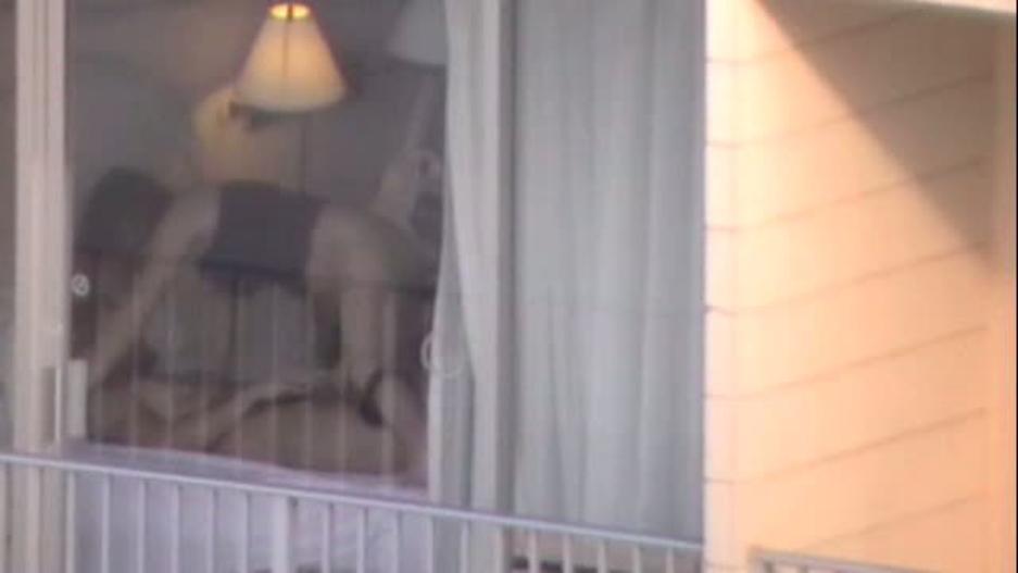 【盗撮】お向かいの家の窓際でセックスしてるカップル撮影したったwwwww・22枚目