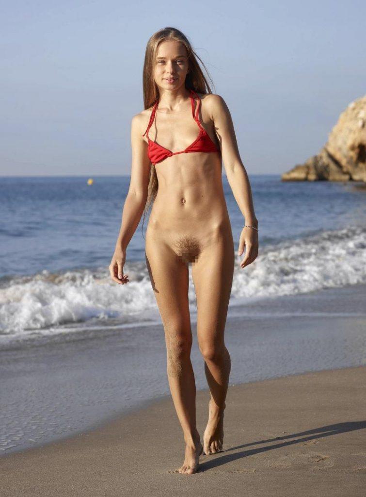 【素人】ビーチの女さん、パンツを忘れたが開き直るwwwwww(エロ画像)・22枚目