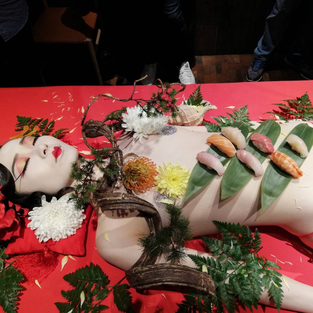 【エロ画像】祝い事はコレに限る。と「女体盛り」を用意した猛者wwwwww・24枚目
