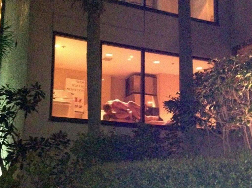 【盗撮】お向かいの家の窓際でセックスしてるカップル撮影したったwwwww・26枚目
