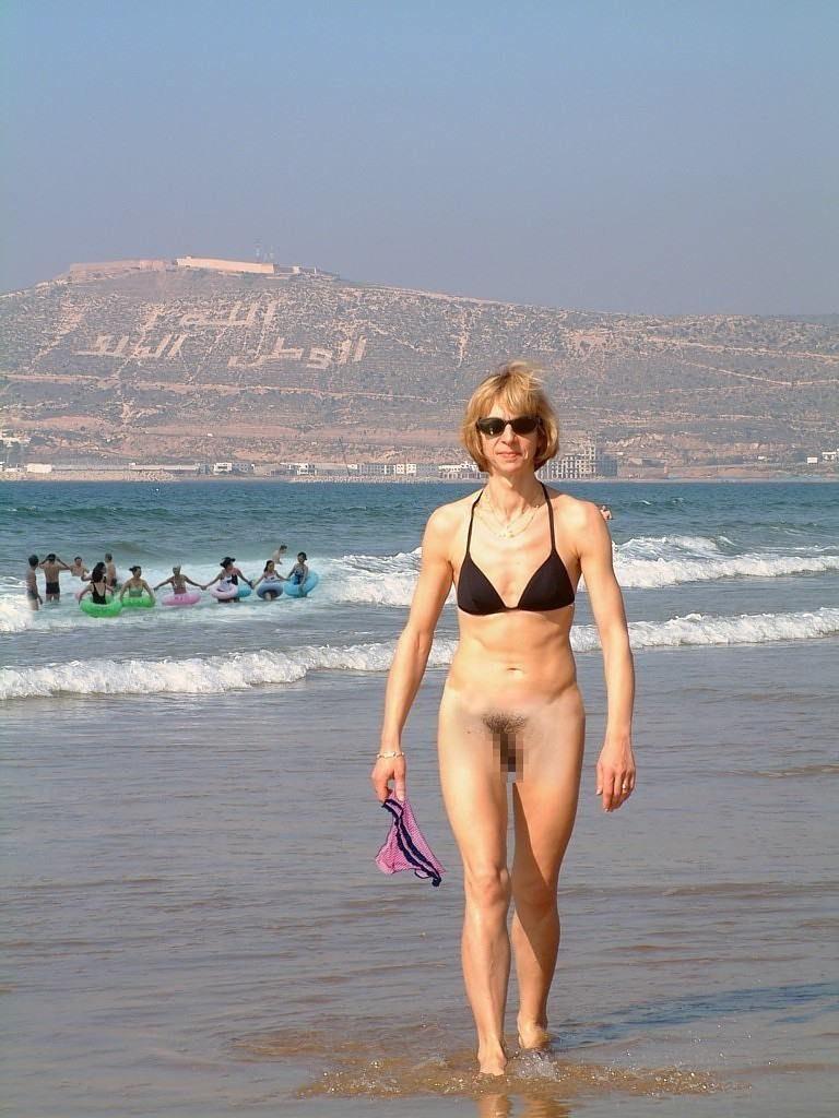 【素人】ビーチの女さん、パンツを忘れたが開き直るwwwwww(エロ画像)・26枚目