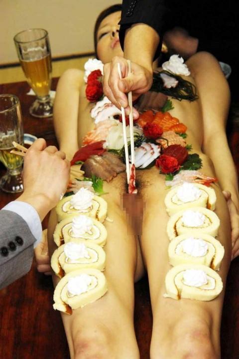 【エロ画像】祝い事はコレに限る。と「女体盛り」を用意した猛者wwwwww・29枚目