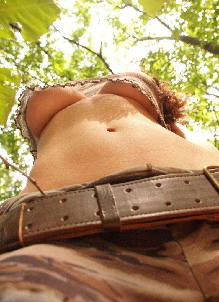 「胸チラ」をローアングルで撮影したらこうなります。これ最強wwwww(31枚)・10枚目