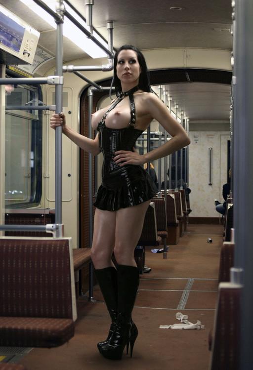 【恐怖】乗客ゼロの田舎の始発電車にマジキチ露出狂まんさん現れる・・・・5枚目