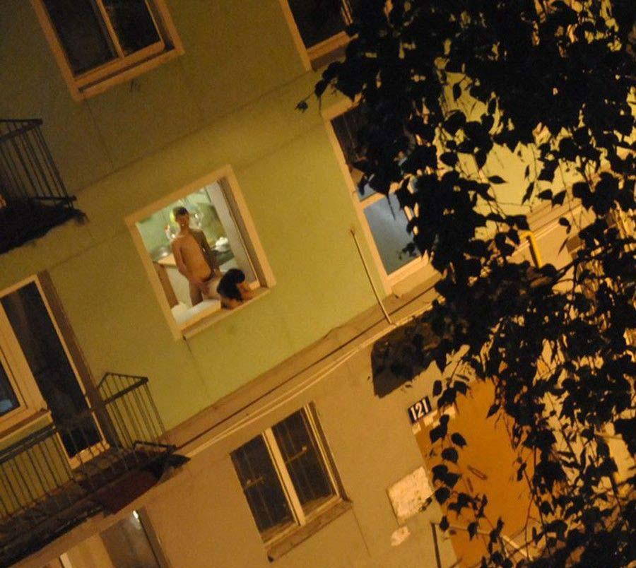 【盗撮】お向かいの家の窓際でセックスしてるカップル撮影したったwwwww・7枚目