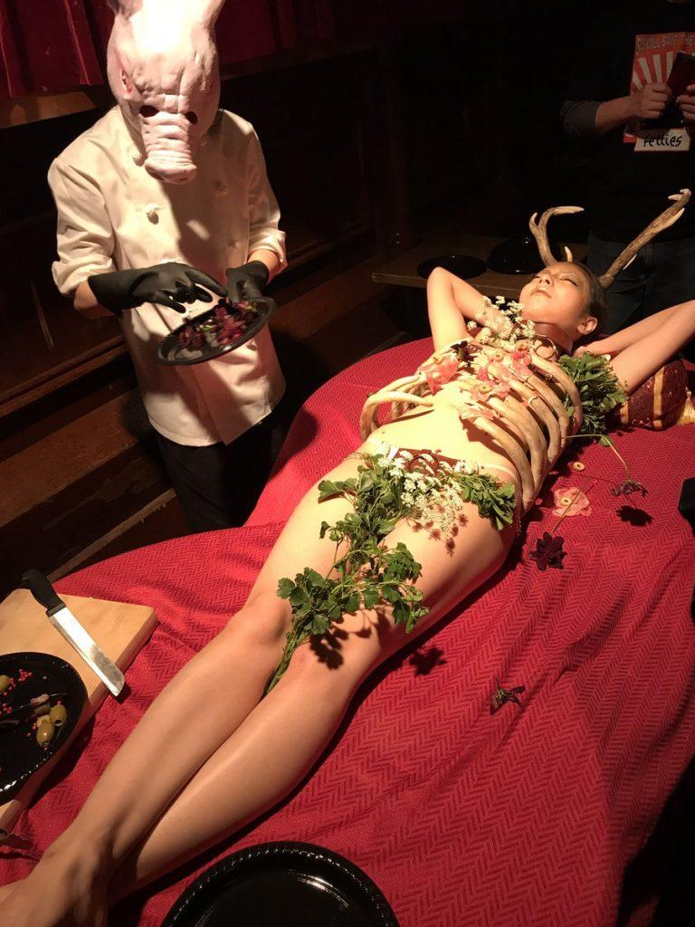 【エロ画像】祝い事はコレに限る。と「女体盛り」を用意した猛者wwwwww・9枚目