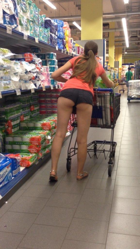 【露出】ただのスーパーで男たちを魅了する女性たちをご覧くださいwwwwww・1枚目