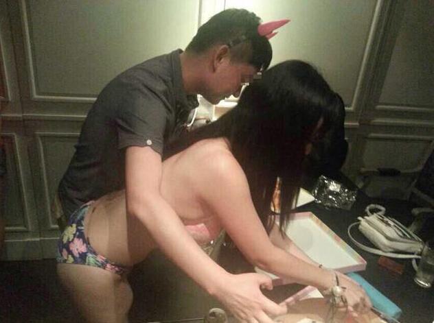 【エロ画像】中国の富裕層の性接待をさせられる女さん。。何でもアリ…・1枚目