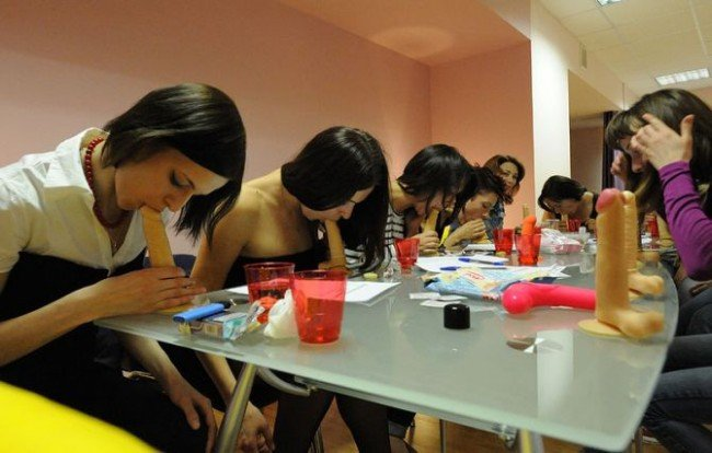 【エロ画像】ロシアの「フェラチオ教室」これ授業料なんぼやねんwwwww・1枚目