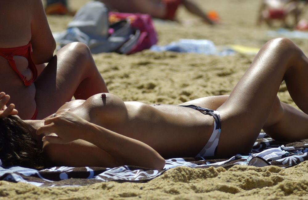 """""""神乳""""が現れたヌーディストビーチがこちらです。ぐうシコwwwww(エロ画像)・10枚目"""
