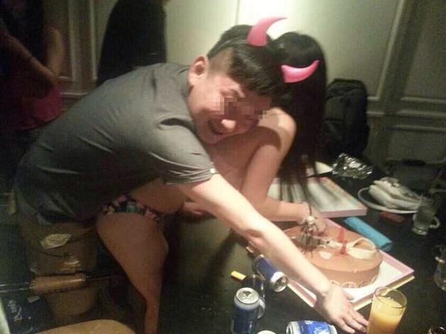 【エロ画像】中国の富裕層の性接待をさせられる女さん。。何でもアリ…・11枚目