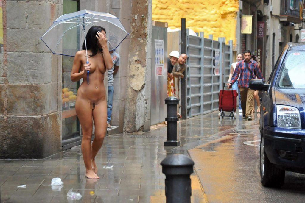【露出狂】雨が降ると出没する全裸の女性たち。なんでや??・12枚目