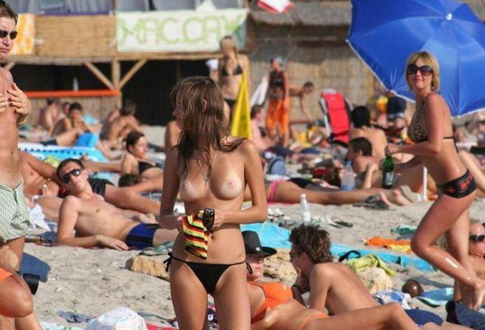 """""""神乳""""が現れたヌーディストビーチがこちらです。ぐうシコwwwww(エロ画像)・13枚目"""